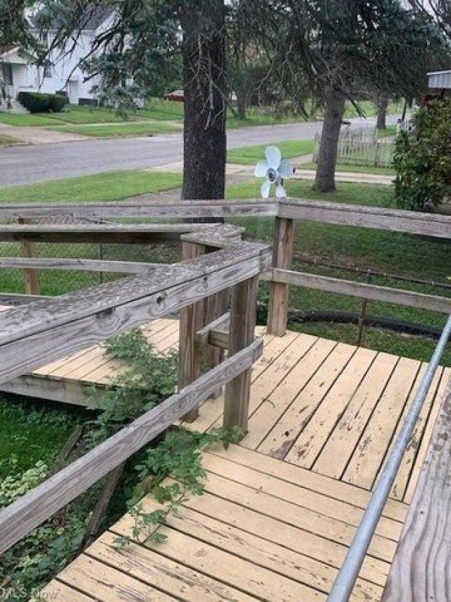 Porch yard featured at 1387 Union St SW, Warren, OH 44485