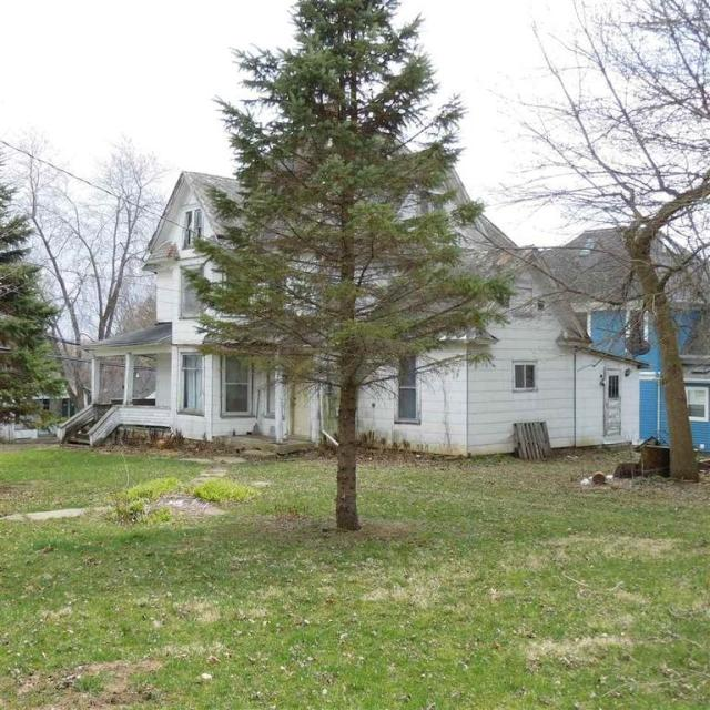 Yard featured at 216 N Chestnut St, Mineral Point, WI 53565