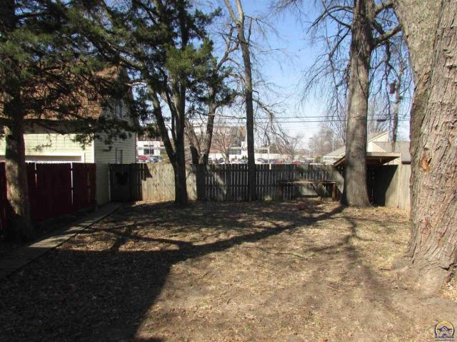 Yard featured at 815 SW Lincoln St, Topeka, KS 66606