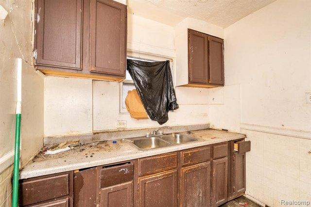 Kitchen featured at 17194 Runyon St, Detroit, MI 48234