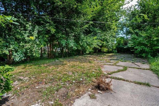 Yard featured at 17194 Runyon St, Detroit, MI 48234
