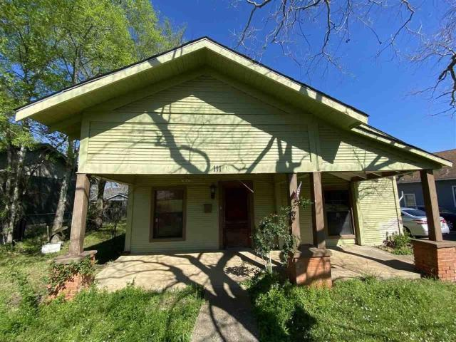 Porch yard featured at 111 S High St, Henderson, TX 75654