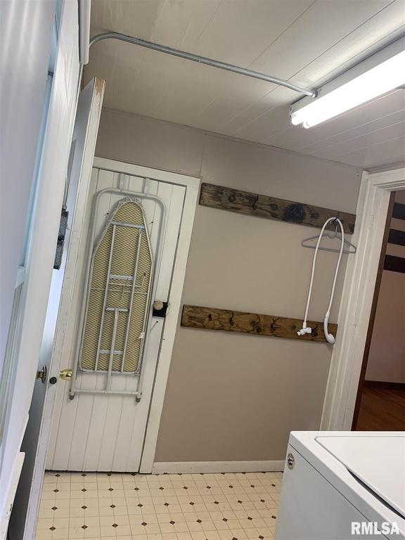 Laundry room featured at 513 N 9th St, Cuba, IL 61427