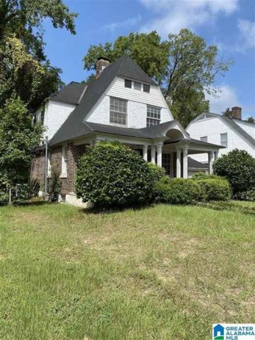 Yard featured at 421 Young St, Selma, AL 36701