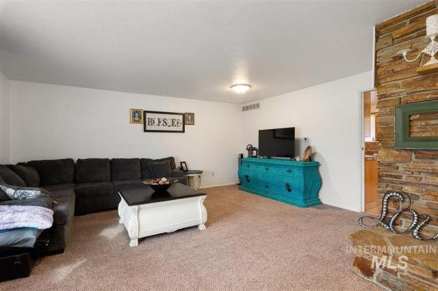 Living room featured at 1900 E Deer Flat Rd, Kuna, ID 83634