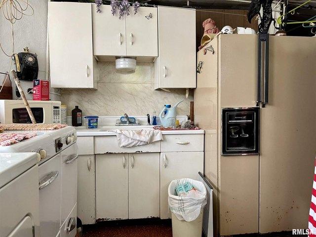 Kitchen featured at 304 E Chestnut St, Anna, IL 62906