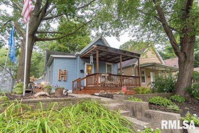 Porch yard featured at 621 Vine St, Peoria, IL 61603