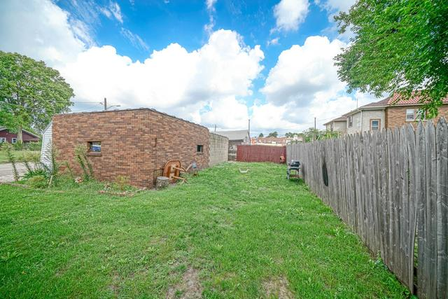 Yard featured at 1520 15th Ave, Rockford, IL 61104