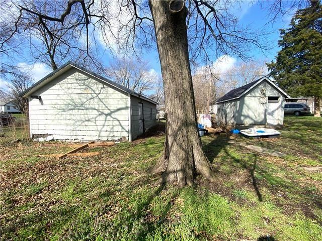 Yard featured at 204 E Marshall St, Sweet Springs, MO 65351