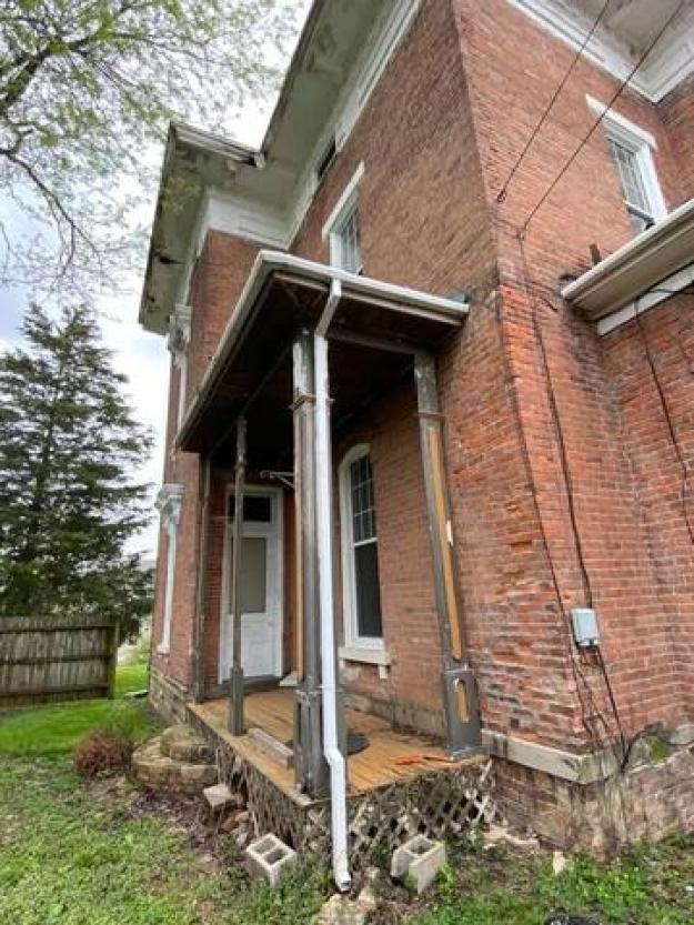 Porch featured at 325 Cherry St, Washington Court House, OH 43160