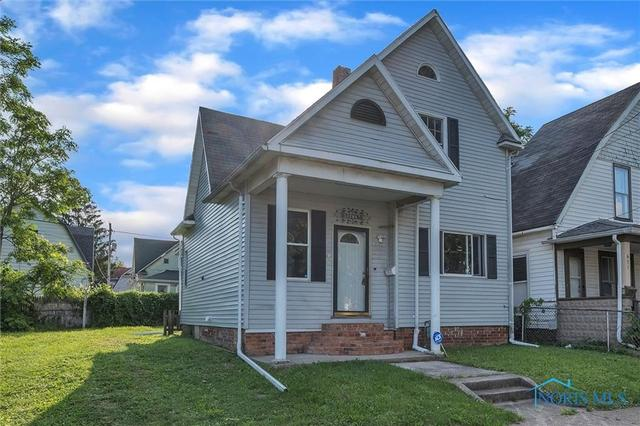 Porch yard featured at 647 Federal St, Toledo, OH 43605
