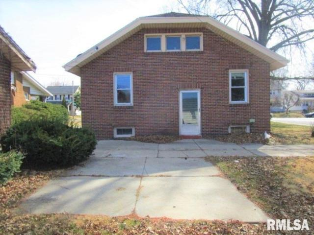 Porch yard featured at 401 E McClure Ave, Peoria, IL 61603