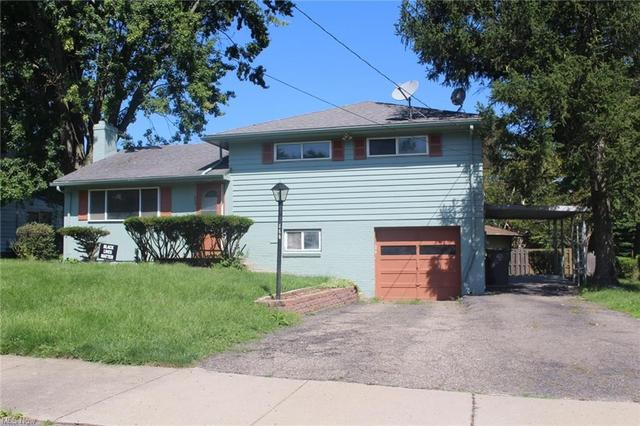 Garage featured at 448 Francisca Ave, Youngstown, OH 44504