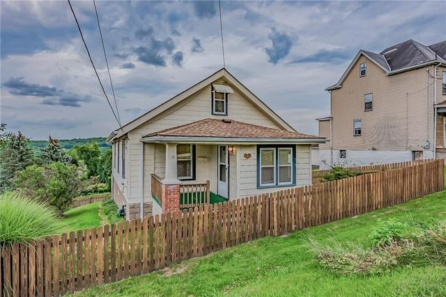 Yard featured at 1511 Wesley St, McKeesport, PA 15132