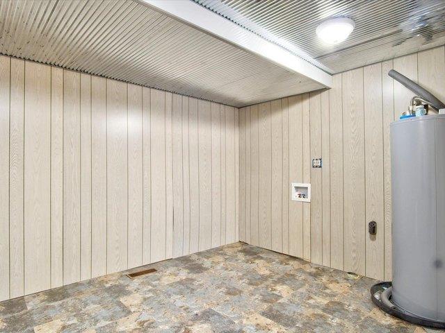 Garage featured at 253 Debra Ln, Sparta, IL 62286