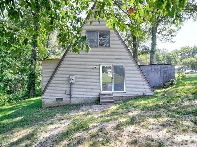 Yard featured at 253 Debra Ln, Sparta, IL 62286