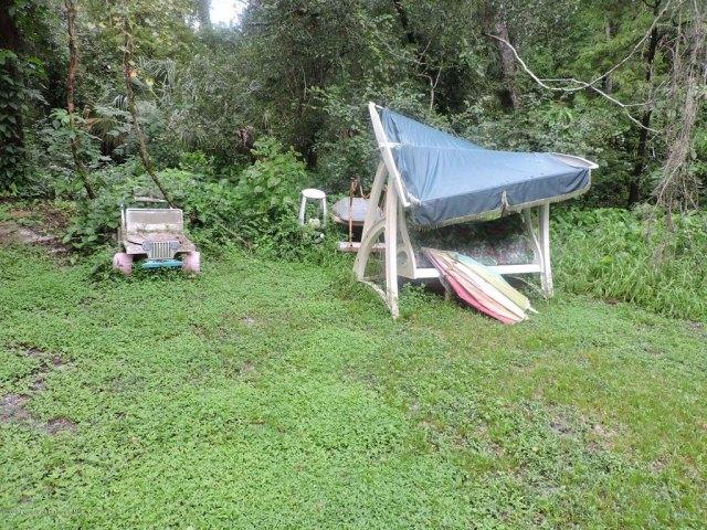 Yard featured at 7032 Riverrun Rd, New Port Richey, FL 34655