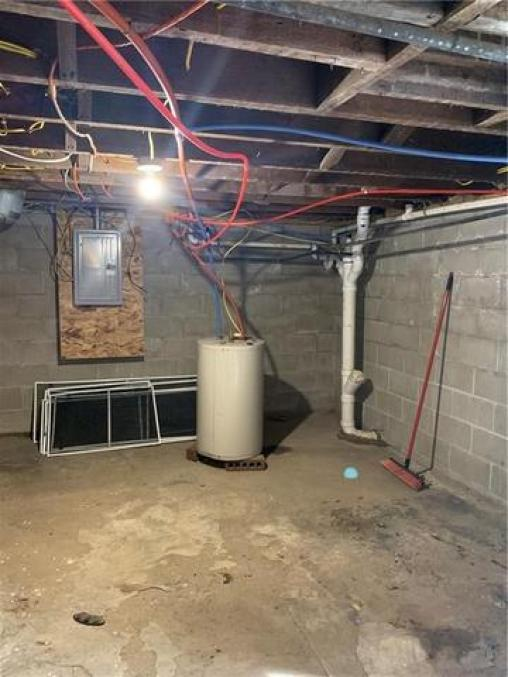 Garage featured at 501 N Walnut St, Creston, IA 50801