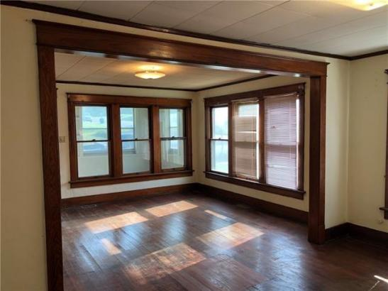 Living room featured at 126 E 5th St, Trenton, MO 64683
