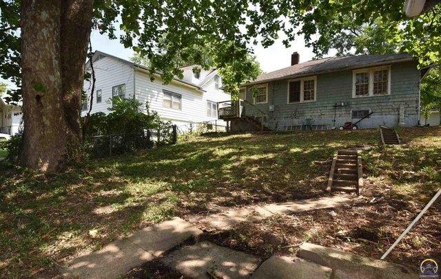 Yard featured at 205 NW Elmwood Ave, Topeka, KS 66606