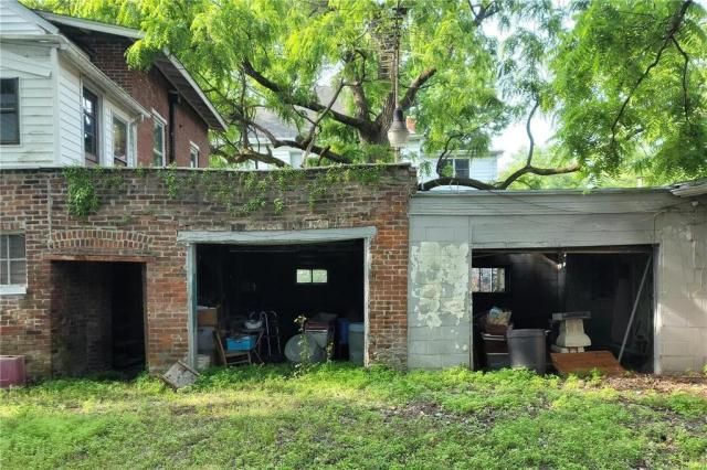 Garage featured at 1224 Washington Ave, Alton, IL 62002