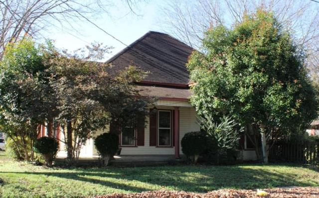 Porch yard featured at 163 E Carter St, Batesville, AR 72501