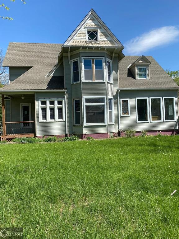 Porch yard featured at 900 E Hammond St, Red Oak, IA 51566