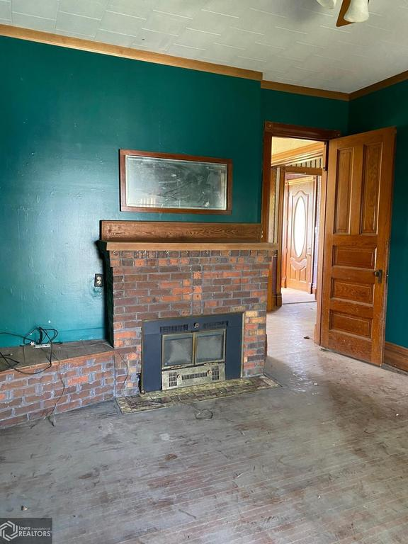 Living room featured at 900 E Hammond St, Red Oak, IA 51566