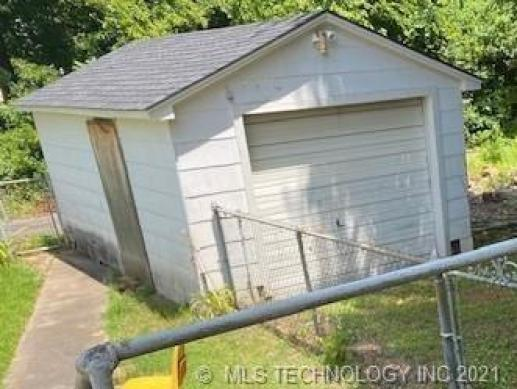 Yard featured at 409 E Seminole Ave, McAlester, OK 74501