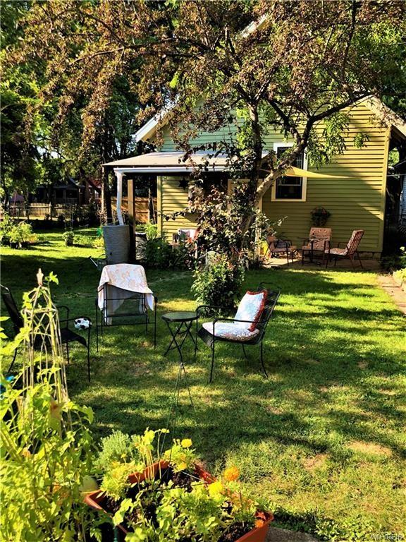Yard featured at 2443 Willow Ave, Niagara Falls, NY 14305