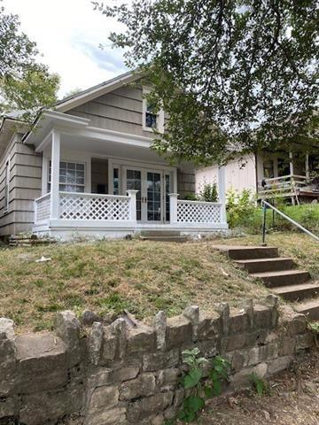 Porch yard featured at 61 S 11th St, Kansas City, KS 66102