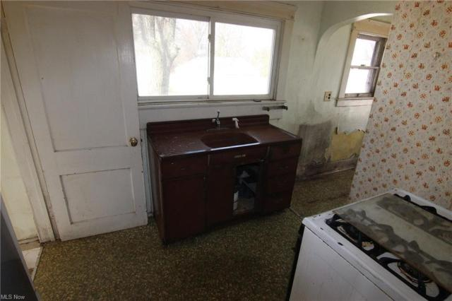 Laundry room featured at 2279 Elm Rd NE, Warren, OH 44483