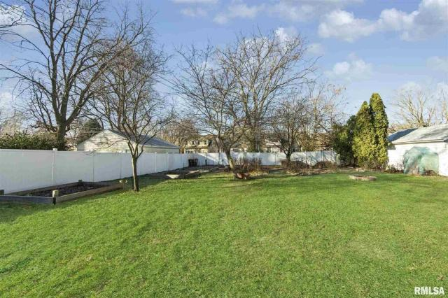 Yard featured at 1219 N Garfield Ave, Peoria, IL 61606