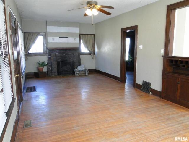 Living room featured at 113 Chandler Blvd, Macomb, IL 61455