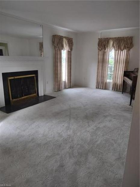Living room featured at 27 W 4th St, Newton Falls, OH 44444