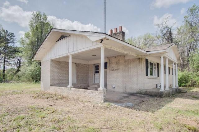 Porch featured at 6490 Old Lee Hwy, Cherokee, AL 35616