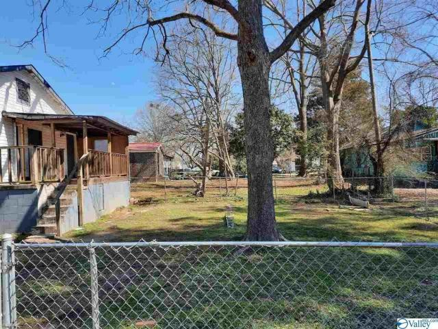 Yard featured at 1406 Peachtree St, Gadsden, AL 35901