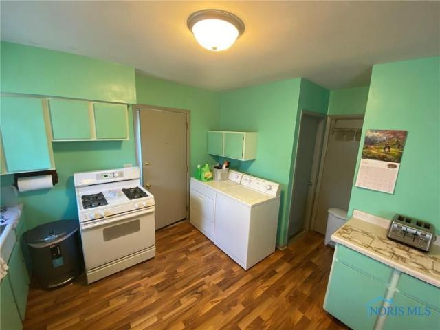 Laundry room featured at 205 Milford St, Toledo, OH 43605