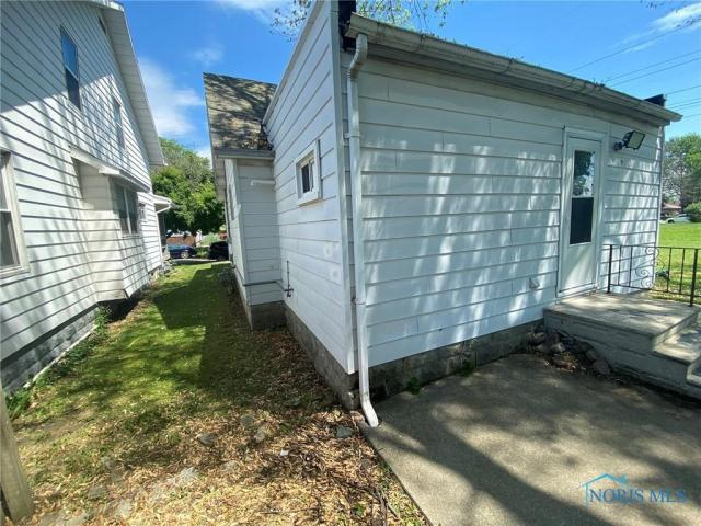 Garage featured at 205 Milford St, Toledo, OH 43605