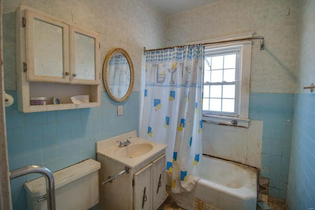 Bathroom featured at 3552 Aberdeen Ave, Alton, IL 62002