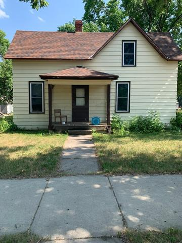 Porch yard featured at 115 W 8th St, Morris, MN 56267