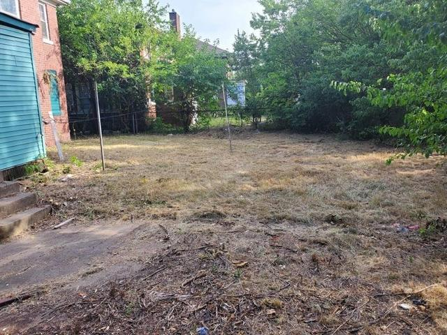 Yard featured at 728 Lincoln St, Gary, IN 46402