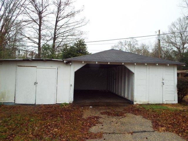 Garage featured at 719 College St, Tylertown, MS 39667