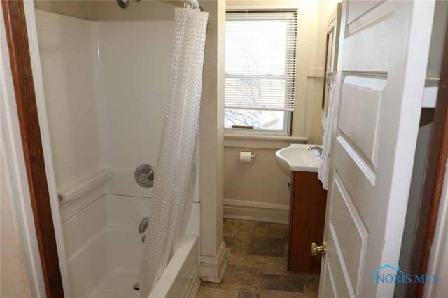 Bathroom featured at 530 W Delaware Ave, Toledo, OH 43610
