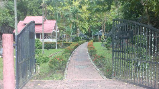 Jalan menuju ke makam Tok Kayang