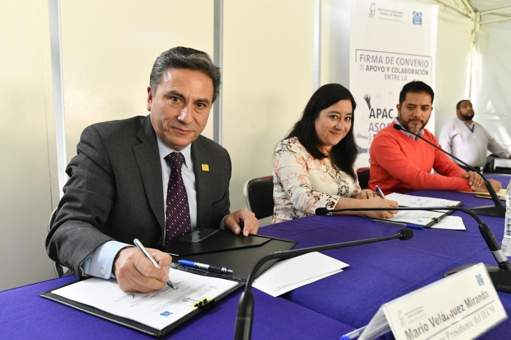 Firma del convenio de colaboración entre APAC y el IECM