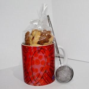 Taza rellena de galletas y filtro de te
