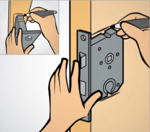 Primeiro passo para instalar fechadura em porta de madeira.
