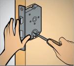 Passo 4 para a instalação de fechaduras em portas de madeira.