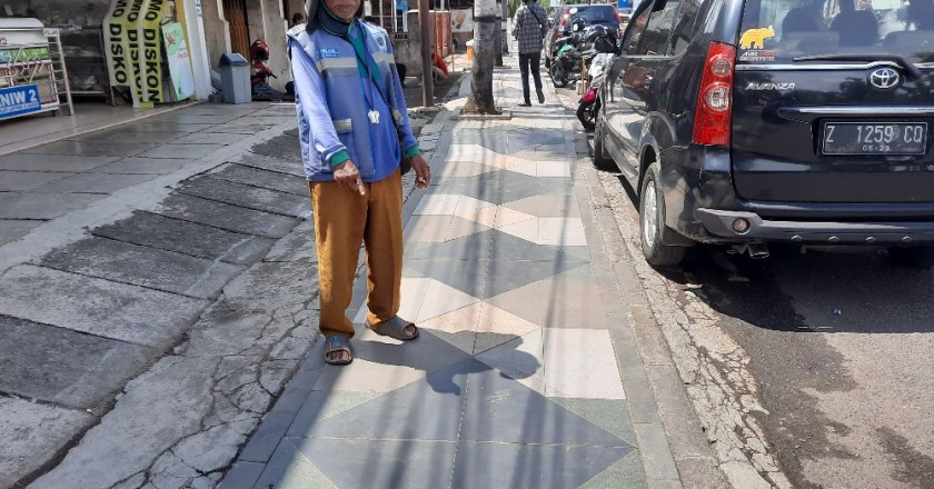 Trotoar Licin,  Ibu Gendong Bayi Terjatuh dan Pingsan